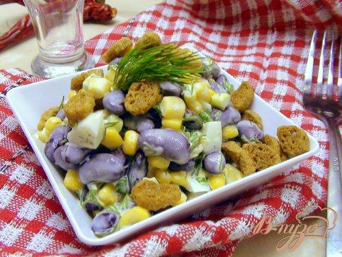 Салат с фасолью, кукурузой и сухариками.