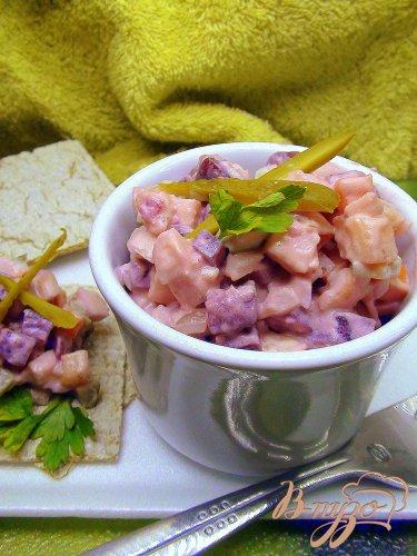 Салат со свеклой, селёдочкой и брусничной заправкой.