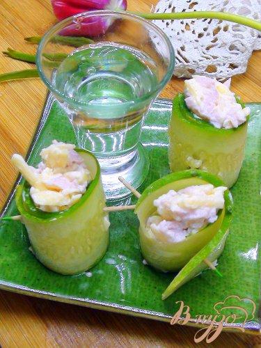 Рулетики из огурца с сырным салатом.