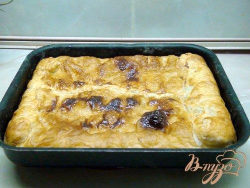 Пирог с рыбой, рисом и жареным луком.