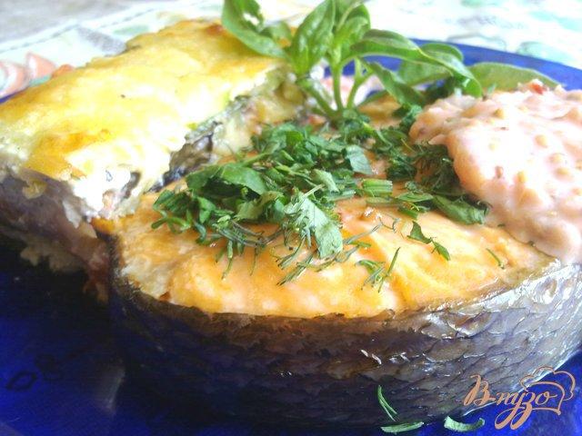 Фото приготовление рецепта: Стейк из форели с соусом из черешни шаг №4