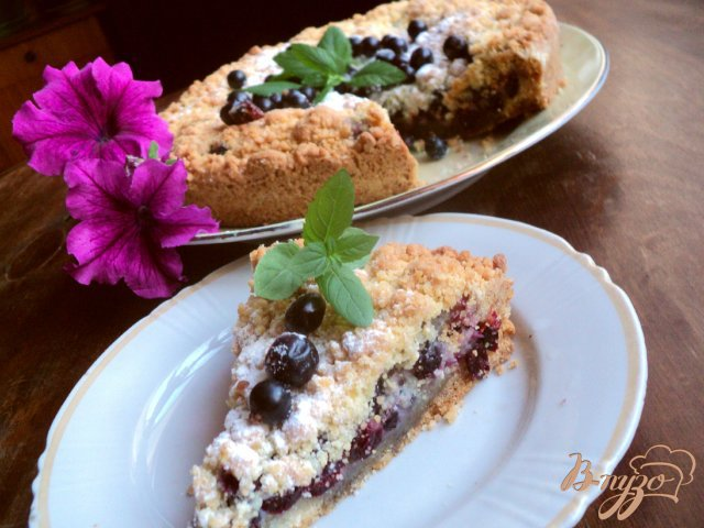 Фото приготовление рецепта: Пирог со смородиной. шаг №8