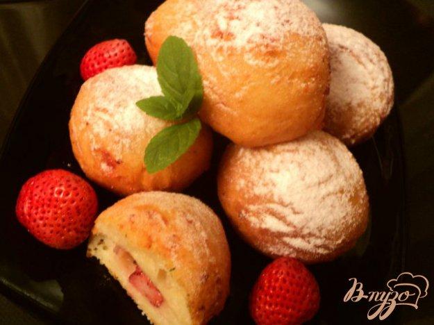 Рецепт Творожные пончики с клубникой.