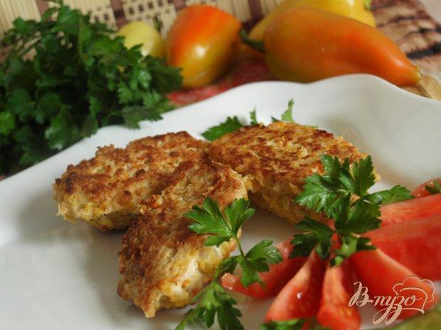 Фото приготовление рецепта: Куриные котлеты с яблоками и кукурузной крупой шаг №6