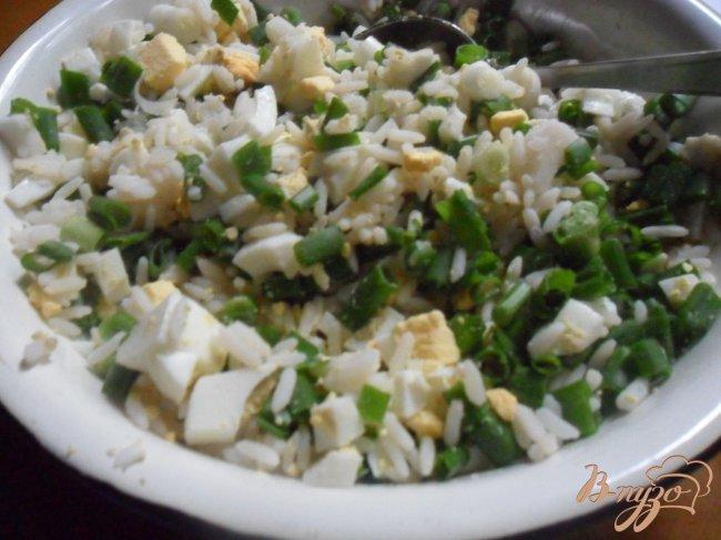 Фото приготовление рецепта: Пирожки с рисом, яйцом и зелёным луком шаг №3