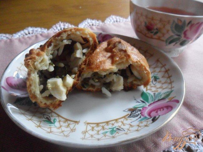 Фото приготовление рецепта: Пирожки с рисом, яйцом и зелёным луком шаг №8
