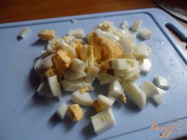 Фото приготовление рецепта: Пирожки с рисом, яйцом и зелёным луком шаг №2