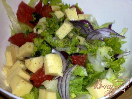 Салат с айсбергом, помидорами и моцарелой