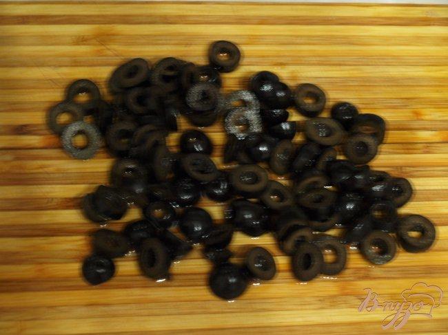 Фото приготовление рецепта: Постный перловый гарнир с оливками шаг №3