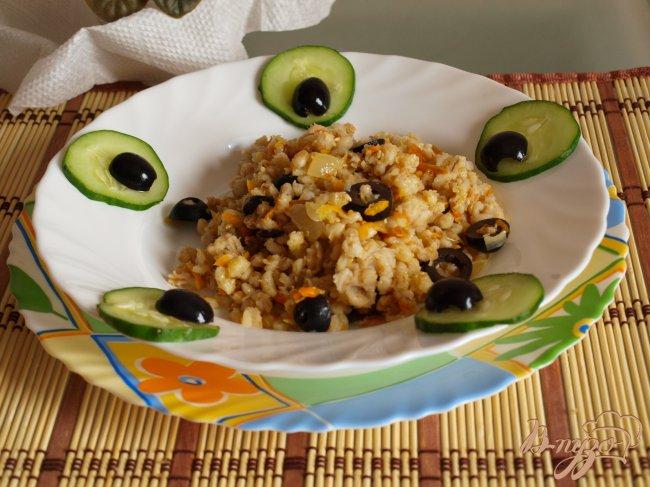 Фото приготовление рецепта: Постный перловый гарнир с оливками шаг №5