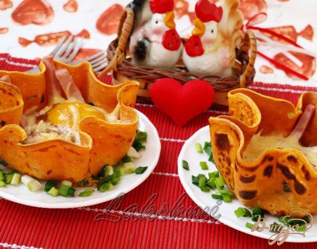 Рецепт Яичница с ветчиной в томатных блинчиках для любимого