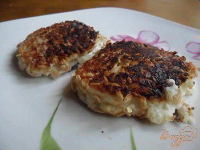 Фото приготовление рецепта: Сырники с шоколадной начинкой в панировке из овсяных хлопьев шаг №6