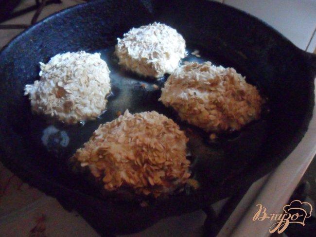 Фото приготовление рецепта: Сырники с шоколадной начинкой в панировке из овсяных хлопьев шаг №5