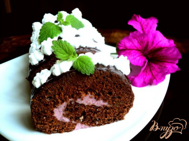 Рецепт Шоколадный рулет с черничным муссом.