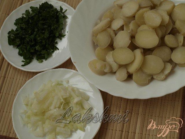 Фото приготовление рецепта: Постный картофельный салат с оливками шаг №2