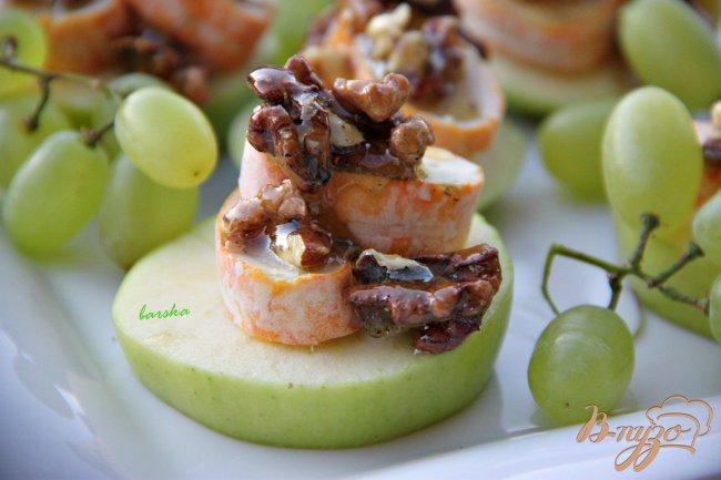 Фото приготовление рецепта: Закуска из яблок с камамбером и медовыми орешками шаг №3