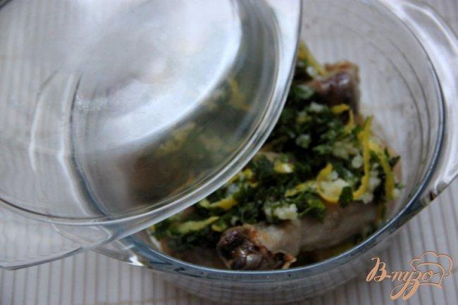Фото приготовление рецепта: Куриные голени с лимоном и чесноком шаг №3