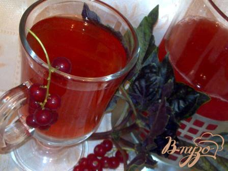 Ягодный напиток с базиликом и мятой.