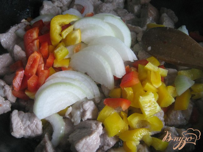 Фото приготовление рецепта: Картофельный пирог с мясом и овощами. шаг №8