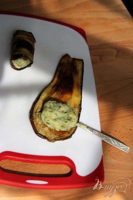 Фото приготовление рецепта: Баклажановые рулетики с изумрудной начинкой шаг №4