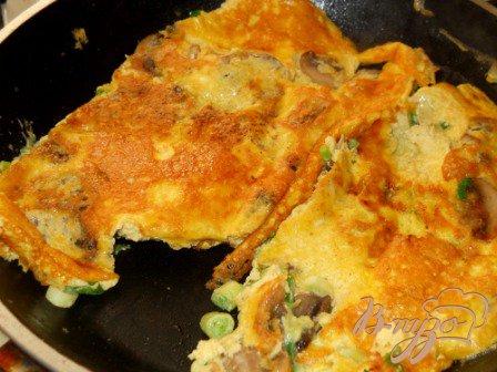 Омлет с грибами и зеленый луком