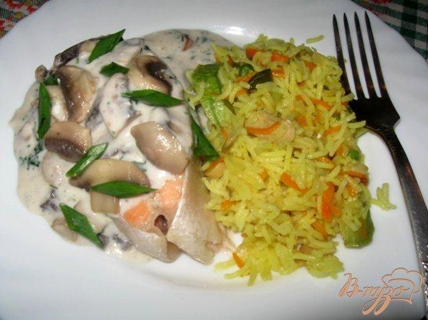 Рецепт Семга под молочно-сырным соусом с грибами и вином.