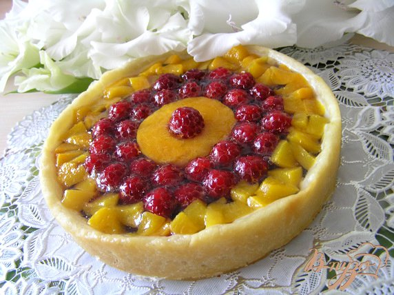 фото рецепта: Малиновый пирог с персиком и вишней