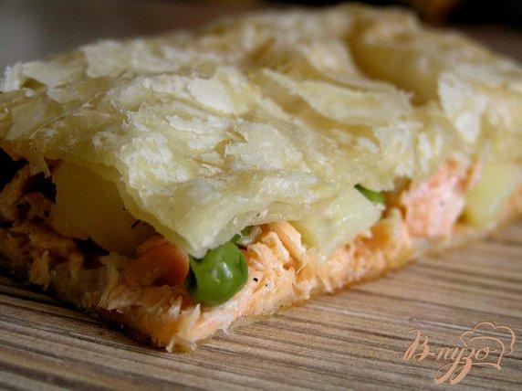 Рецепт Слоеный пирог с форелью, картофелем и зеленым горошком