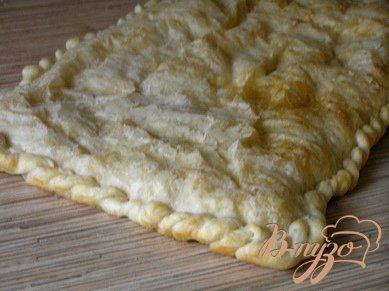Слоеный пирог с форелью, картофелем и зеленым горошком