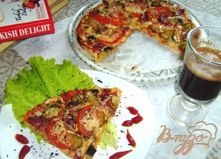 Пицца с шампиньонами и салями