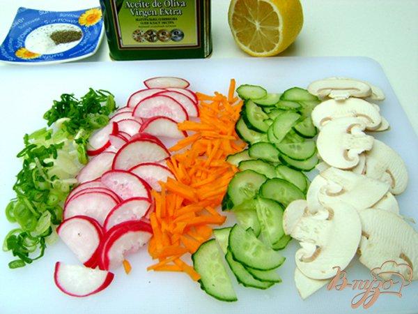Фото приготовление рецепта: Овощной салат со свежими шампиньонами шаг №2