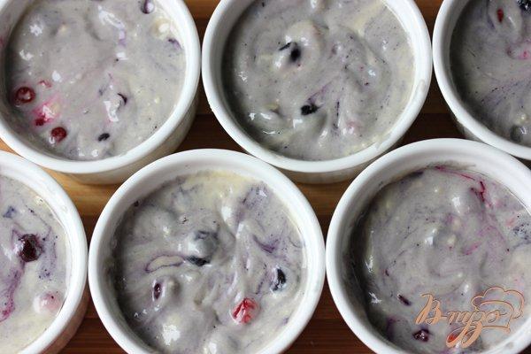 Фото приготовление рецепта: Berry muffins (Маффины с ягодами) шаг №4