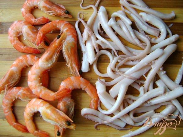 Фото приготовление рецепта: Спагетти с морепродуктами и шампиньонами шаг №1
