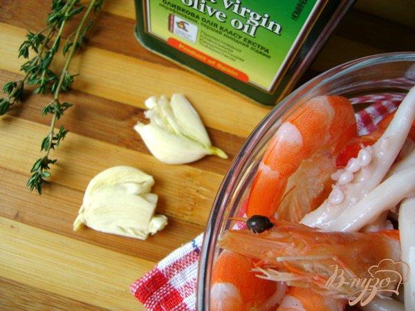Фото приготовление рецепта: Спагетти с морепродуктами и шампиньонами шаг №2