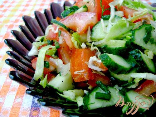 фото рецепта: Салат с помидорами, огурцами и молодой капустой