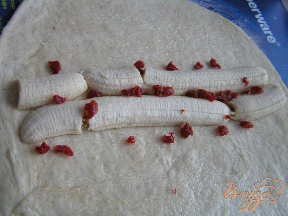Фото приготовление рецепта: Пирог-рулет с бананом и вишней шаг №2