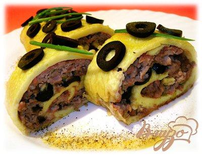 фото рецепта: Сырный рулет с фаршем и маслинами