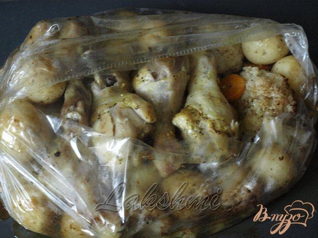 Фото приготовление рецепта: Курица с молодым картофелем и цветной капустой запечённые в рукаве шаг №5