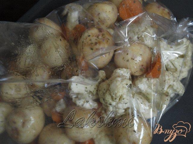 Фото приготовление рецепта: Курица с молодым картофелем и цветной капустой запечённые в рукаве шаг №3