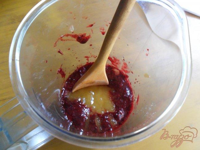 Фото приготовление рецепта: Ягодное сорбе с йогуртом и мёдом шаг №2
