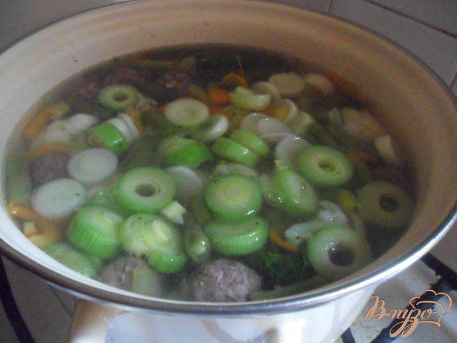 Фото приготовление рецепта: Летний суп с фрикадельками шаг №6