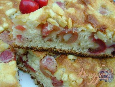 Миндально-черешневый пирог с заливкой