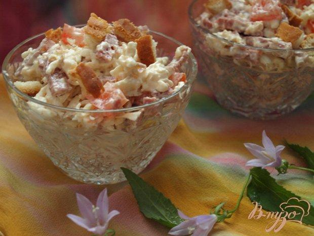 Рецепт Салат с колбасным сыром и сухариками