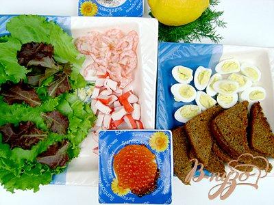 Салат «Нептун» с листьями салата, морепродуктами и красной икрой