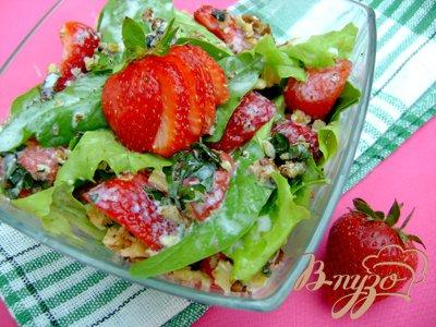 Салат с клубникой, шпинатом и мятно-йогуртовой заправкой