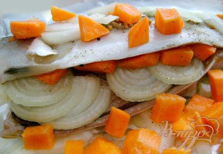 Скумбрия с овощами, запечённая в фольге