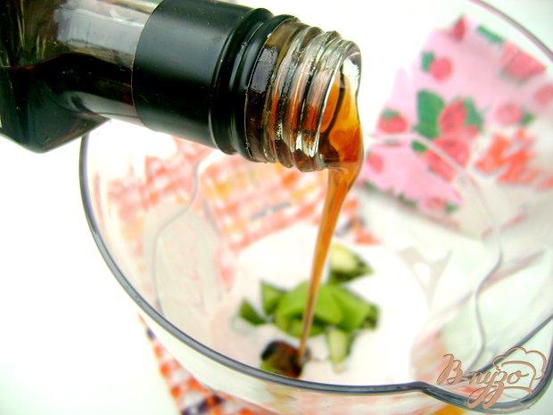 Фото приготовление рецепта: Йогуртовый коктейль с кислинкой:) шаг №2