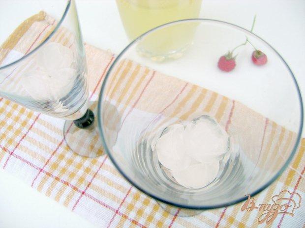 Фото приготовление рецепта: Освежающий коктейль «Малинка-Ананас» шаг №2