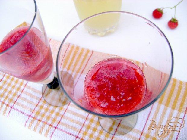 Фото приготовление рецепта: Освежающий коктейль «Малинка-Ананас» шаг №3
