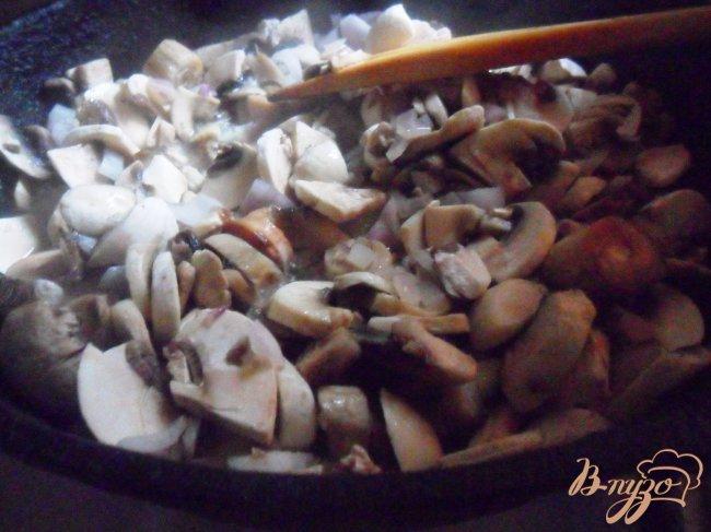 Фото приготовление рецепта: Картофельные зразы с грибами и грибным соусом шаг №4